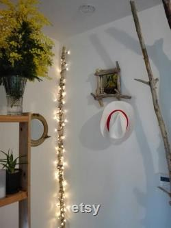 Cadre miroir en bois flotté pouvant accroché un chapeau, une impression de pouvoir ouvrir la porte de ce miroir fait à la main.